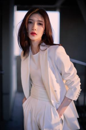 江疏影白色西装优雅时尚干练写真