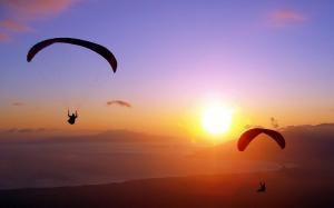 乘着降落伞迎接美好阳光积极正能量图片壁纸
