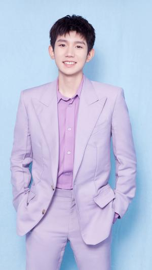 王源粉紫色西装阳光帅气写真手机壁纸