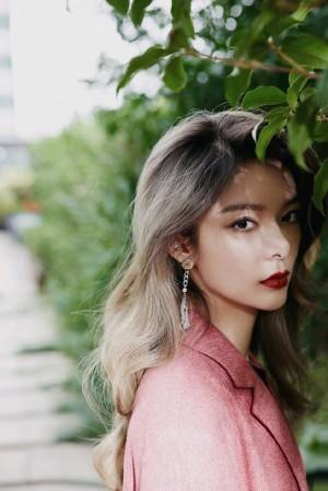 傅菁西瓜红套装优雅摩登写真图片