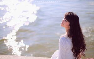 海边性感美女祈祷