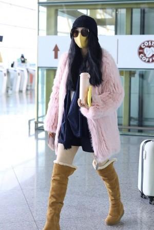 范冰冰粉色皮草北京机场