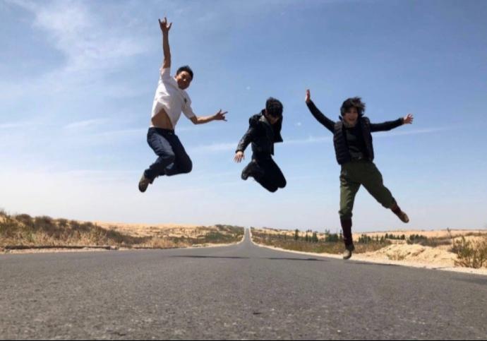 这照片拍的哥哥们都会轻功,飞起来了