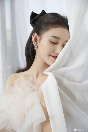 蒋依依白色花朵公主裙甜美优雅写真图片