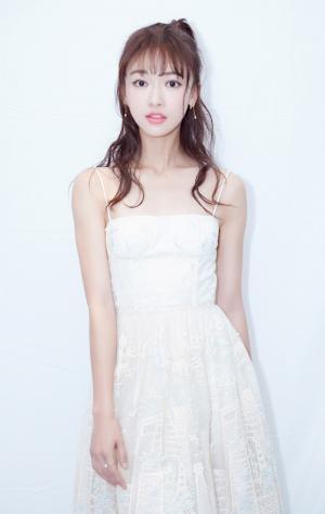 吴谨言《延禧攻略》发布会白色抹胸裙清纯图片