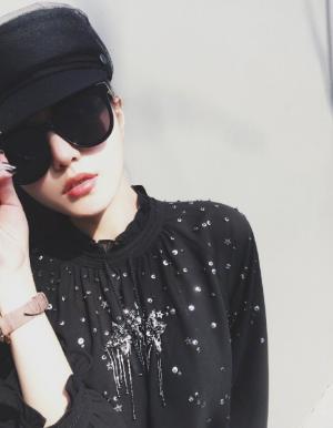 周扬青微博为新衣发布宣传美照