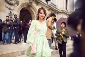 张嘉倪巴黎时装周翠绿连衣裙性感时尚图片