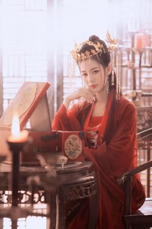 身穿红色嫁衣古装美女温婉气质华丽写真