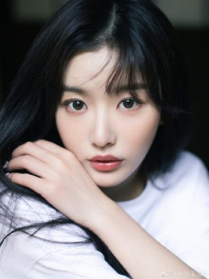 孔雪儿简约白T日系少女感写真
