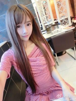 韩雨嘉粉色连衣裙清纯街拍图片