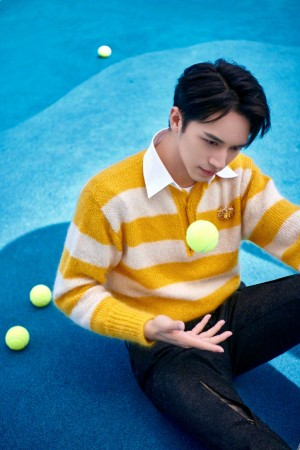 许魏洲黄色毛衣清新网球场照片