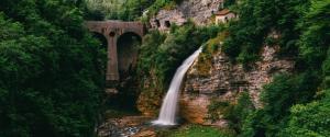 瀑布 悬崖 树 桥 风景壁纸