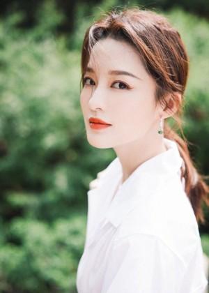 李沁白色衬衫裙优雅气质写真图片