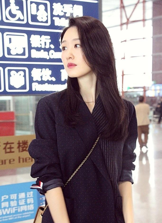 张雯演绎最潮穿搭实力吸睛现身机场写真