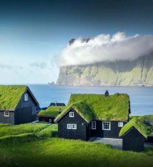 丹麦法罗群岛上的草皮顶小屋