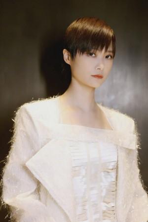李宇春白色系穿搭时尚写真图片