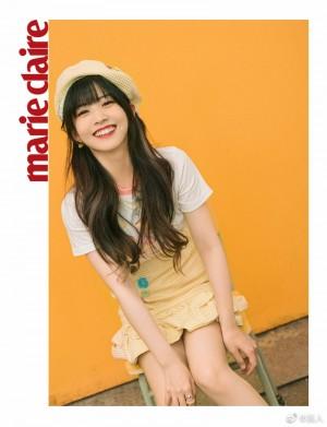 赖美云黄色背带裙活泼可爱写真图片