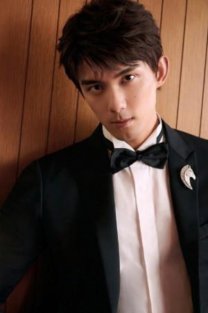 吴磊西装革履的俊朗少年青春写真