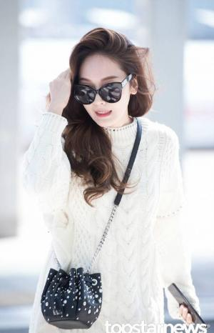 郑秀妍白色毛衣性感机场图片