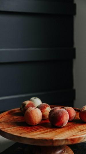 微光下的桃子显得格外诱人