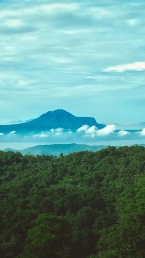 远处的巍峨山峰自然风光