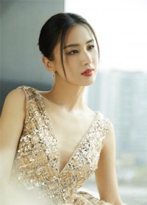 黄圣依银河星光格子裙优雅写真