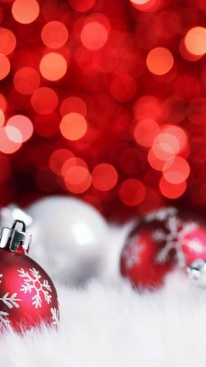 雪地上的炫丽圣诞球