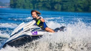 激烈的水上运动摩托艇
