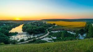 俄罗斯山村河流自然风光高清4K壁纸