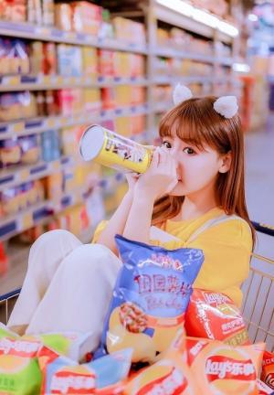 爱零食调皮小女生超市漫游日记写真
