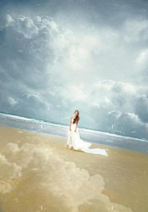 晨曦美眉海风里呼吸的唯美模样写真