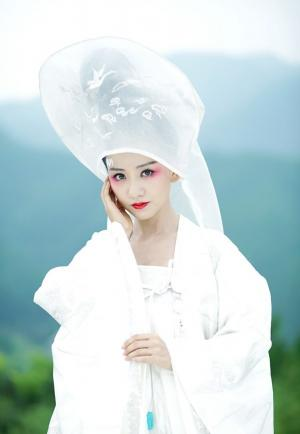 杨蓉白衣飘扬纯美新娘
