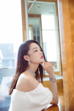 李沁白色露肩连衣裙仙气性感写真