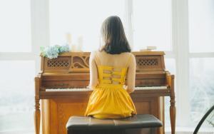 弹钢琴气质黄裙美女悠闲惬意生活美照