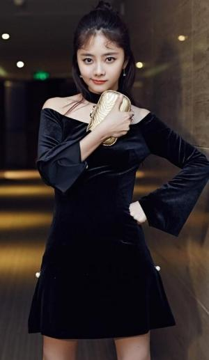 谭松韵颜值在线小黑裙亮相图片