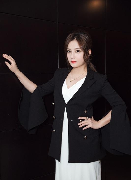 辣妈赵薇着黑衣白裙现身 雪肤红唇成熟优雅写真