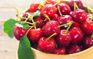 沾满水珠的甜美樱桃