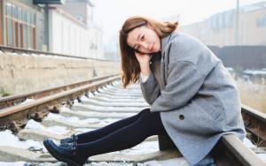 北方美女穿大衣铁道旁写真美丽动人