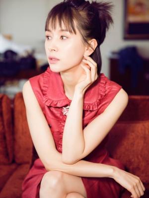 女星王子文一袭红衣时尚写真美照