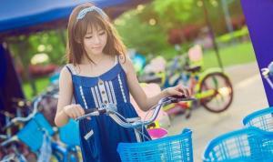 可爱娃娃裙性感妹子假日骑脚踏车出游