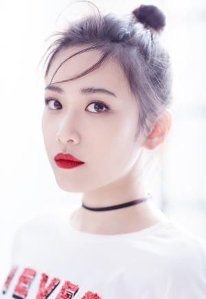 新人演员刘美彤纯白时尚写真
