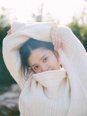 张婧仪白色毛衣青春写真图片