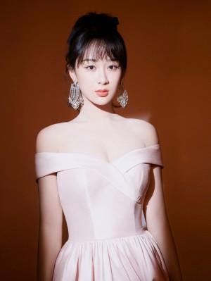 杨紫樱花粉裙优雅浪漫写真图片