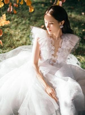 李一桐白色蝴蝶纱裙甜美写真图片