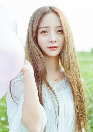 草地赤足甜美笑容女神淡雅清新写真图片