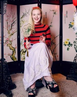 艾丽·范宁屏风前优雅时尚中国风写真