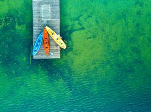 湖心岛皮船航拍图片