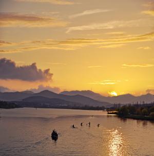 清明节踏青之游湖图片