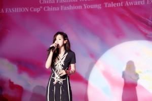 刘美麟黑色绑带短裙时尚写真图片