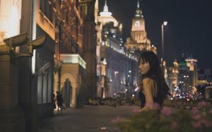 夜晚街头游走的孤单女郎写真